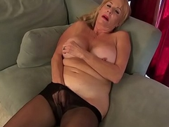 American gilf Phoenix Skye needs close by rub her old pussy