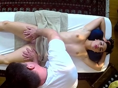 Dickriding babe receives pleased not later than massage